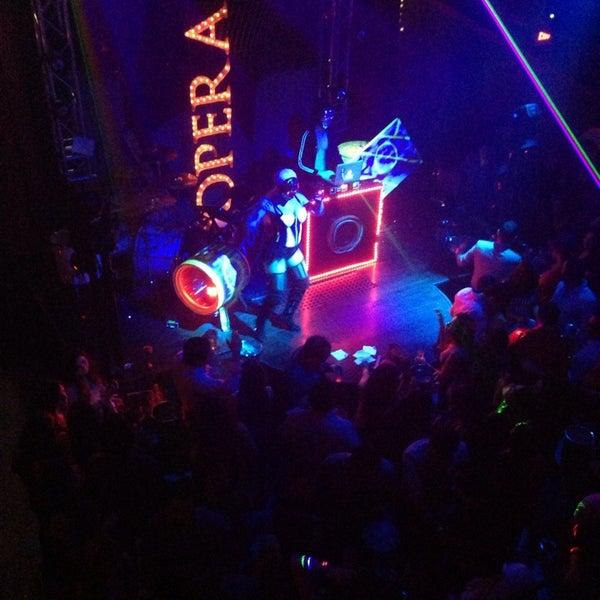 รูปภาพถ่ายที่ Opera Teatro Bar โดย Alejandro V. เมื่อ 7/14/2013