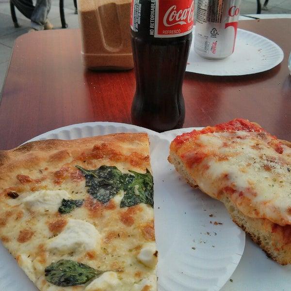 Photo prise au Joe's Pizza par Ryan le2/14/2013