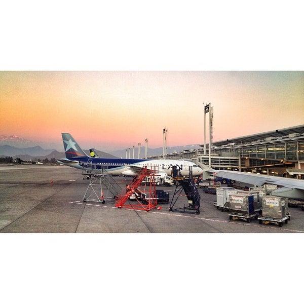 Foto tomada en Aeropuerto Internacional Comodoro Arturo Merino Benítez (SCL) por Ryan T. el 9/25/2013