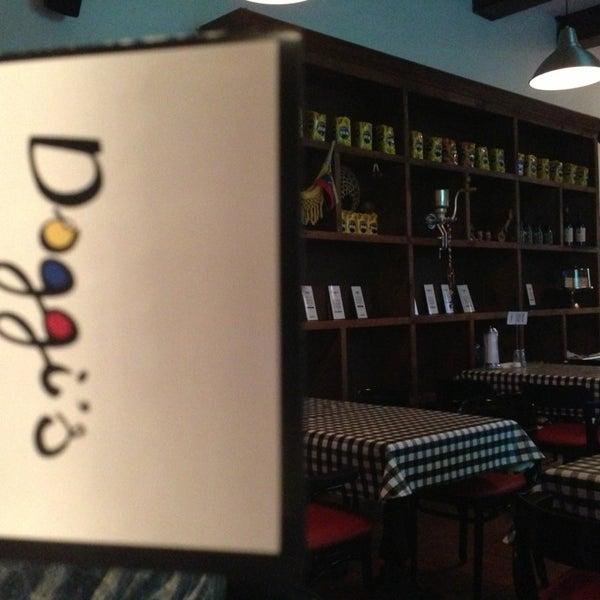 7/16/2013 tarihinde Constantino B.ziyaretçi tarafından Doggi's Arepa Bar'de çekilen fotoğraf