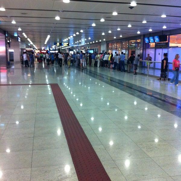 Foto diambil di İstanbul Sabiha Gökçen Uluslararası Havalimanı (SAW) oleh Batu R. pada 7/15/2013
