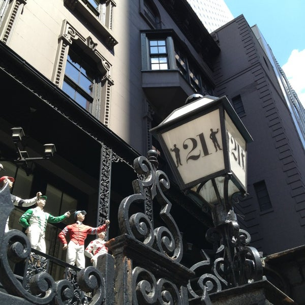 7/26/2013 tarihinde Xinwei A.ziyaretçi tarafından 21 Club'de çekilen fotoğraf