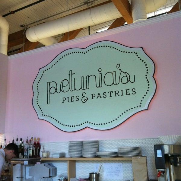 Foto tomada en Petunia's Pies & Pastries por Lily B. el 3/17/2013