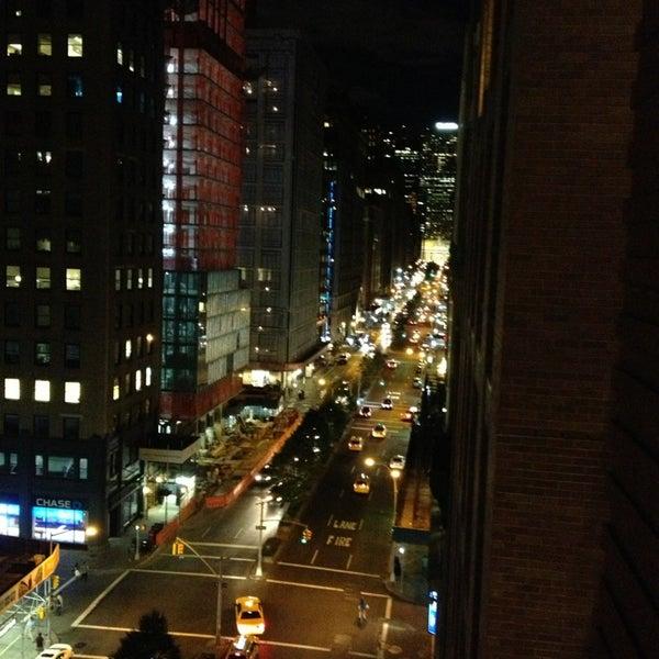 Foto scattata a Hotel Giraffe da Lucy M. il 9/4/2013