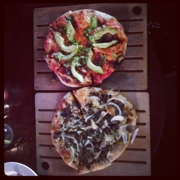 11/25/2012 tarihinde Lupe L.ziyaretçi tarafından The Luggage Room Pizzeria'de çekilen fotoğraf