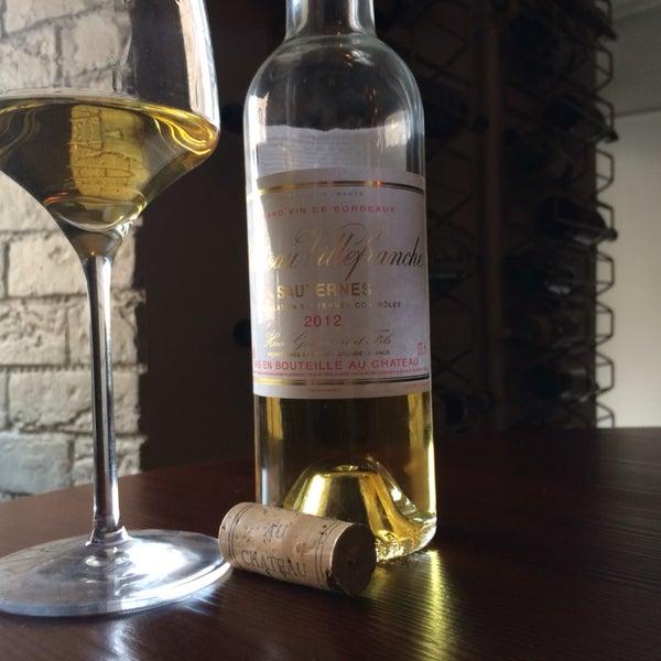 Широкий выбор вин по бокалам, включая 8 позиций десертных вин - щедро!