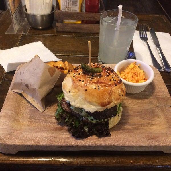 Foto diambil di Tennessee Ribs & Burgers oleh Gabriela A. pada 8/19/2017