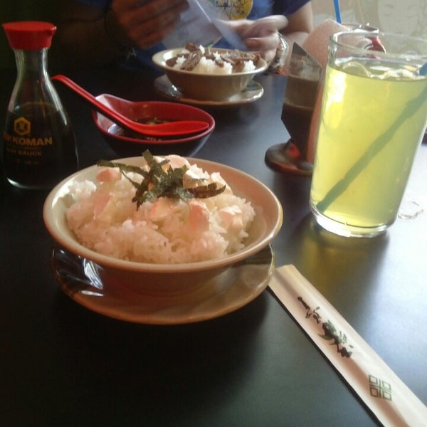 Foto scattata a Sushi Washoku da Ampy H. il 4/13/2013