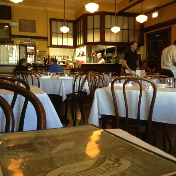 Foto tirada no(a) Four Farthings Tavern & Grill por Marty V. em 1/16/2013