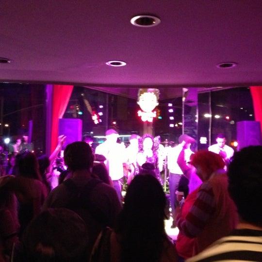 10/28/2012 tarihinde John Mark C.ziyaretçi tarafından Toshi's Living Room'de çekilen fotoğraf