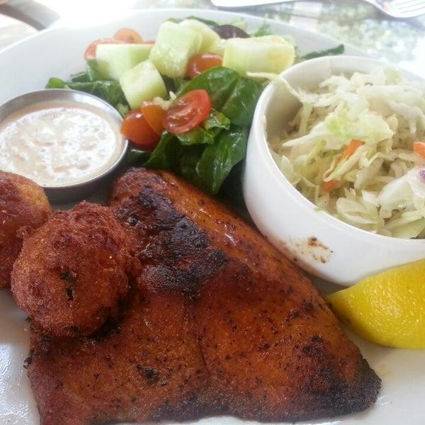 Foto tirada no(a) The Big Ketch Saltwater Grill por Carly O. em 5/27/2013