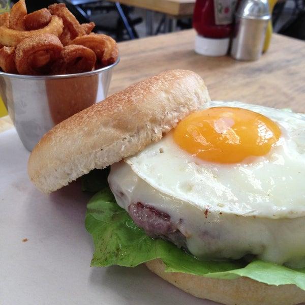 2/23/2013에 Enrique G.님이 Smokey's Burger House에서 찍은 사진