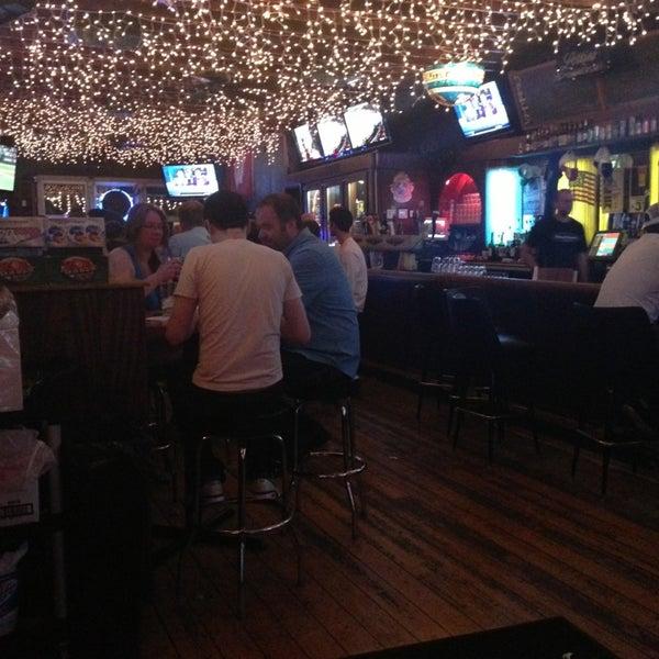 รูปภาพถ่ายที่ Lottie's Pub โดย Chris K. เมื่อ 5/21/2013