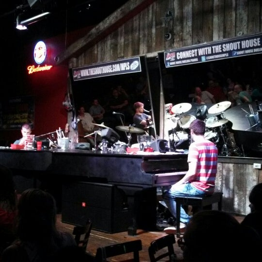 Das Foto wurde bei Shout House Dueling Pianos von Amanda N. am 6/14/2013 aufgenommen