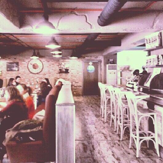Foto tomada en Del Moon Coffee & Food & Hookah por Zehra E. el 2/16/2013