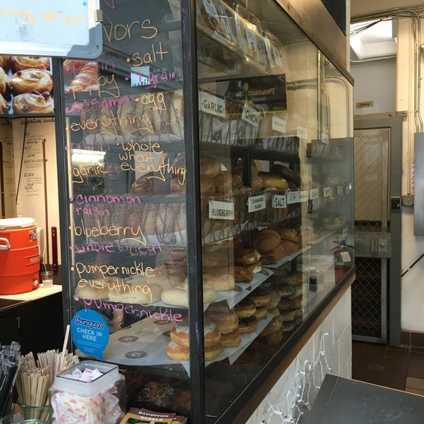 6/19/2016 tarihinde Stephen S.ziyaretçi tarafından Davidovich Bagel Shop NYC'de çekilen fotoğraf