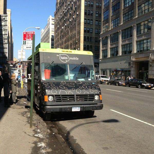 2/15/2013 tarihinde Kai B.ziyaretçi tarafından Taïm Mobile Falafel & Smoothie Truck'de çekilen fotoğraf