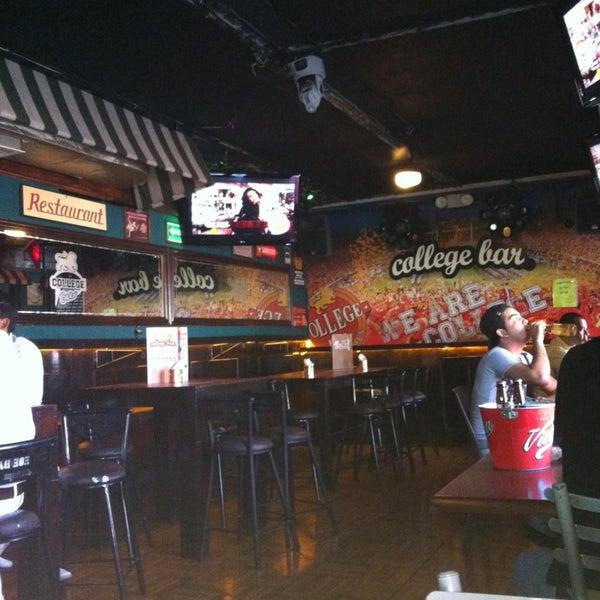 Foto diambil di College Bar oleh Esperanza G. pada 3/11/2013