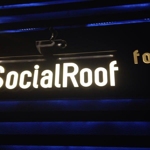 Foto tirada no(a) Social Roof FCM Cafe por Ceyhun Y. em 4/28/2015