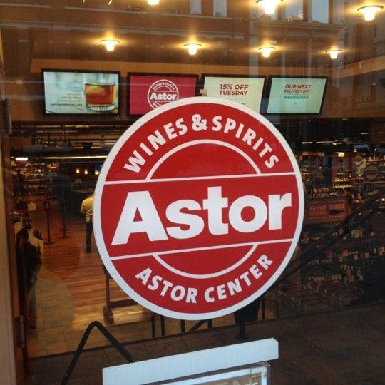 Foto tirada no(a) Astor Wines & Spirits por Sam S. em 11/5/2012