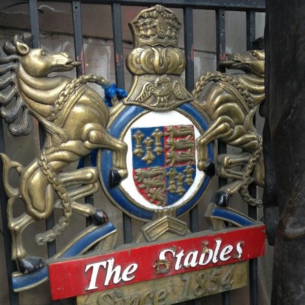 Foto tirada no(a) Camden Stables Market por Angelina B. em 2/24/2013