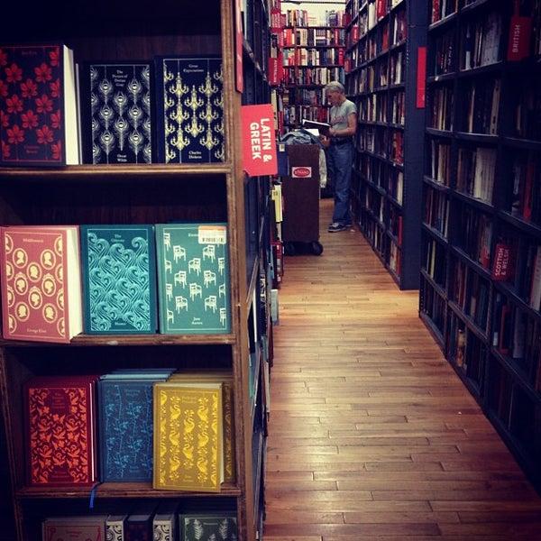Das Foto wurde bei Strand Bookstore von Austra Z. am 10/16/2012 aufgenommen