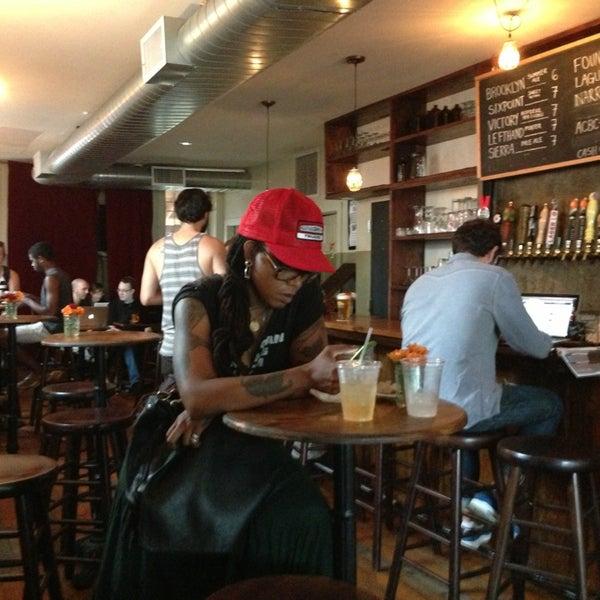 รูปภาพถ่ายที่ The West—Coffeehouse & Bar โดย James M. เมื่อ 7/10/2013