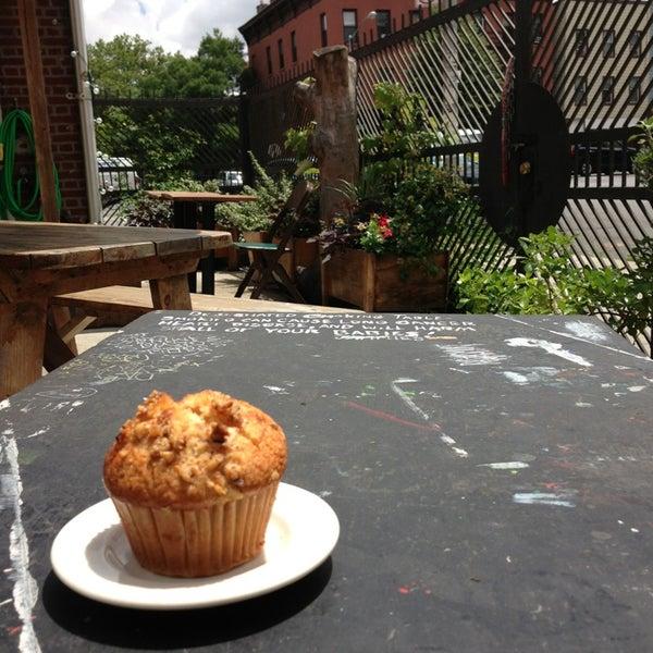 รูปภาพถ่ายที่ The West—Coffeehouse & Bar โดย James M. เมื่อ 7/3/2013