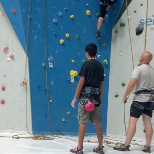 Foto tomada en Sender One Climbing, Yoga and Fitness por Jeannette C. el 7/19/2013