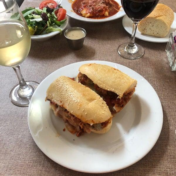Das Foto wurde bei Mona Lisa Italian Restaurant von Nicole am 6/4/2021 aufgenommen