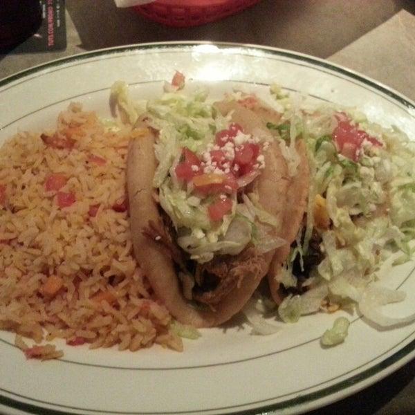 รูปภาพถ่ายที่ El Real Tex-Mex Cafe โดย Raymond T. เมื่อ 5/25/2013