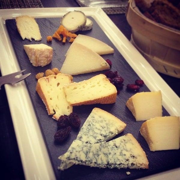 Foto scattata a Poncelet Cheese Bar da Rosana H. il 1/28/2013