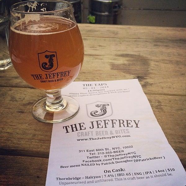 Foto tomada en The Jeffrey Craft Beer & Bites por Jeff L. el 5/2/2014