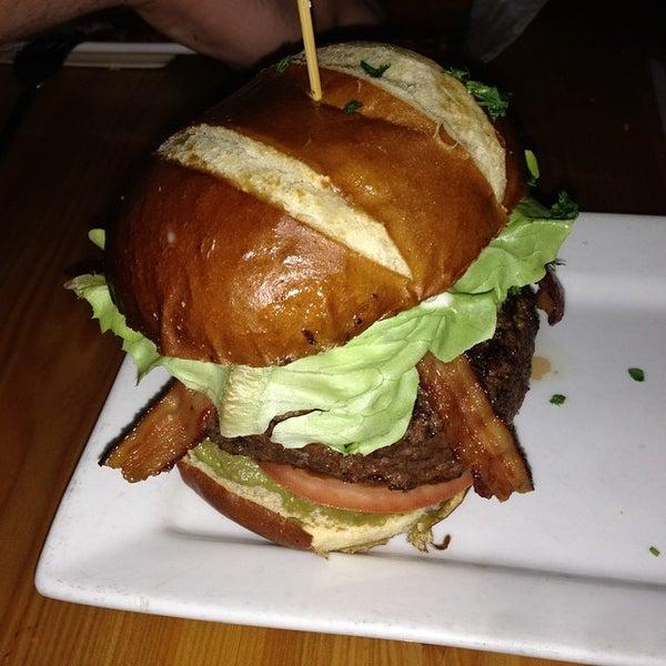 Foto tirada no(a) Teak Neighborhood Grill por Jessie R. em 8/3/2014