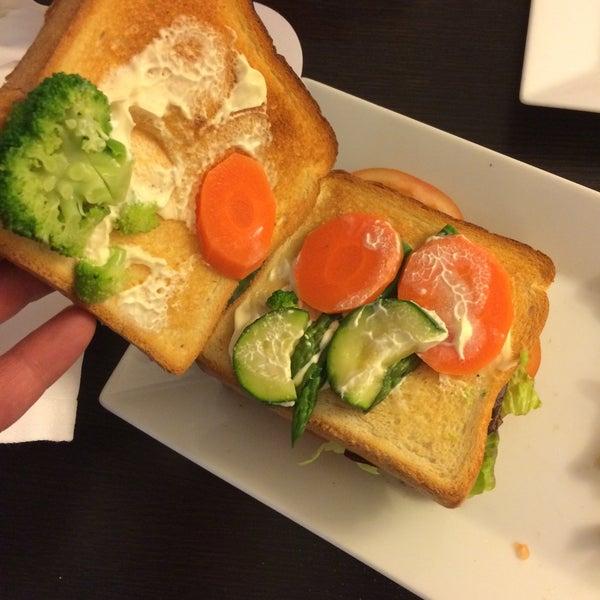 No pidáis sándwich vegetal, lo peor de lo peor. No se puede ni masticar!! 12€ por pan tostado con broccoli, espárrago, tomate y lechuga. Buen robo!! 😡😡😡
