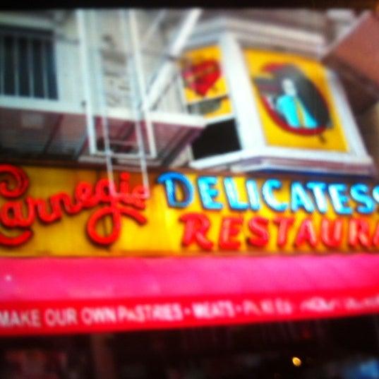 Foto tomada en Carnegie Deli por Daniel S. el 9/19/2012