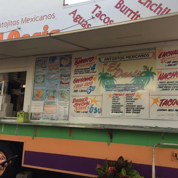 Foto tomada en El Oasis Taco Truck por Kevin L. el 8/19/2017