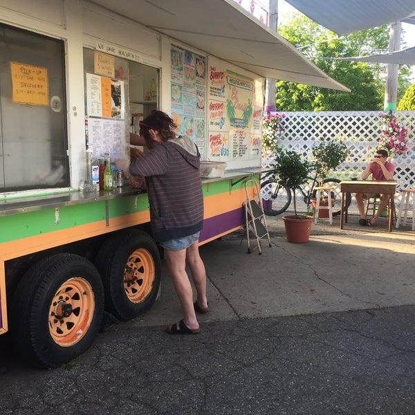 Foto tomada en El Oasis Taco Truck por Kevin L. el 5/18/2017