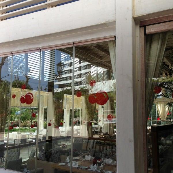Foto tomada en Kalina Bar Restaurant por Osman K. el 4/18/2013