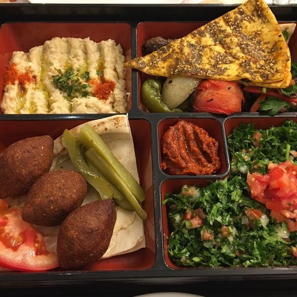 """Fotodaki Lebanese Deluxe Menu içindekiler; """"kafta (kofta)"""" bildiğimiz kebap; """"tabbule"""" Arap salatası; """"kibbeh"""" bir çeşit içli köfte, """"mutabbal (mütebbel)"""" tahinli patlıcanlı meze. Gayet başarılı.."""