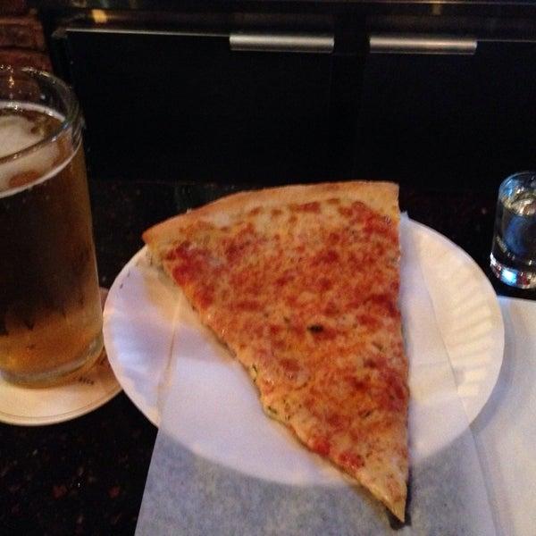 Foto scattata a The Pizza Pub da Milagros A. il 10/3/2013