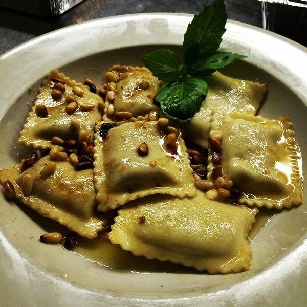 Das Foto wurde bei Lasagna Restaurant von Lasagna R. am 10/23/2014 aufgenommen