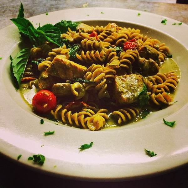 Das Foto wurde bei Lasagna Restaurant von Lasagna R. am 9/10/2014 aufgenommen