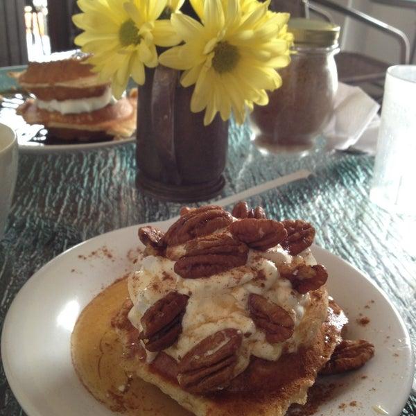Das Foto wurde bei Waffle Era Tea Room von Jun F. am 6/8/2013 aufgenommen