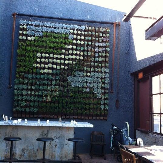 Foto tirada no(a) Bankers Hill Bar & Restaurant por Omar V. em 6/7/2012
