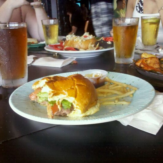 Foto tomada en Cabanas Beach Bar and Grill por Steve W. el 7/11/2011
