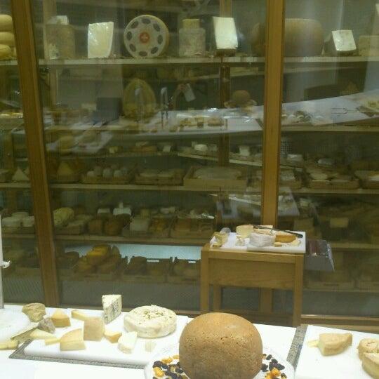 Foto scattata a Poncelet Cheese Bar da MNieves R. il 9/5/2012