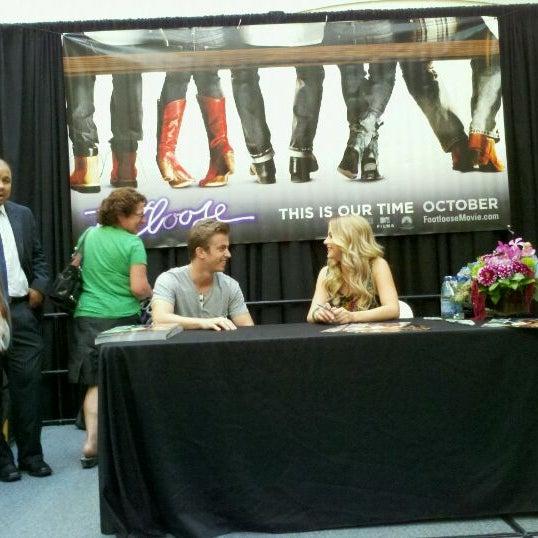 Foto tomada en Hillsdale Shopping Center por Jonathan S. el 9/22/2011