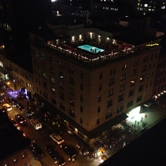 Foto scattata a Plunge Rooftop Bar & Lounge da Los 👽 il 8/4/2012