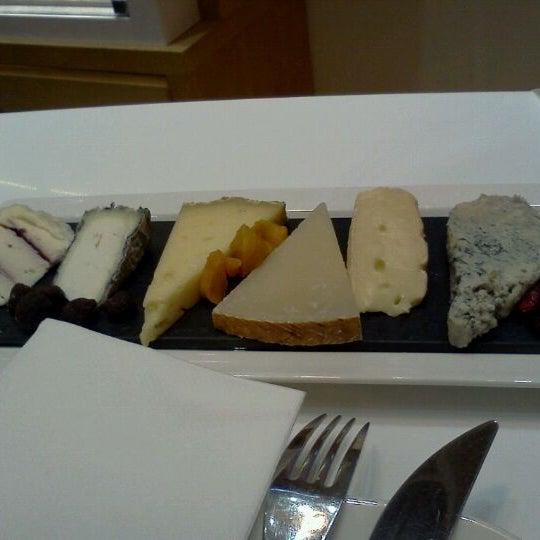 Foto scattata a Poncelet Cheese Bar da Judith G. il 10/21/2011